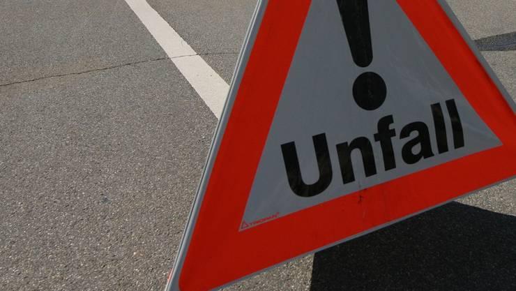 Eine 66-jährige Fussgängerin ist am Dienstagnachmittag in Basel von einem Lastwagen erfasst und verletzt worden. (Symbolbild)