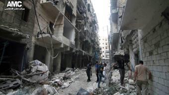 In einem von den Rebellen gehaltenen Viertel von Aleppo werden die Zerstörungen nach einem Luftangriff geprüft. (Archiv)