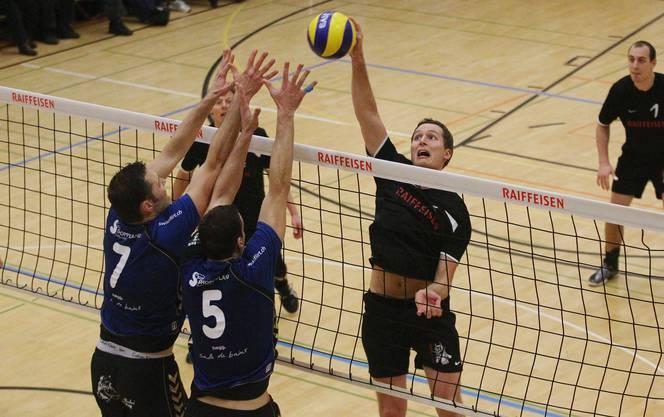 Lunkhofens Reto Binkert (rechts) versucht den Ball an den Münchenbuchseern vorbeizudrücken.