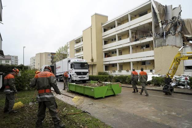 Der Zivilschutz beginnt mit den Aufräumarbeiten rings um das zerstörte Gebäude.