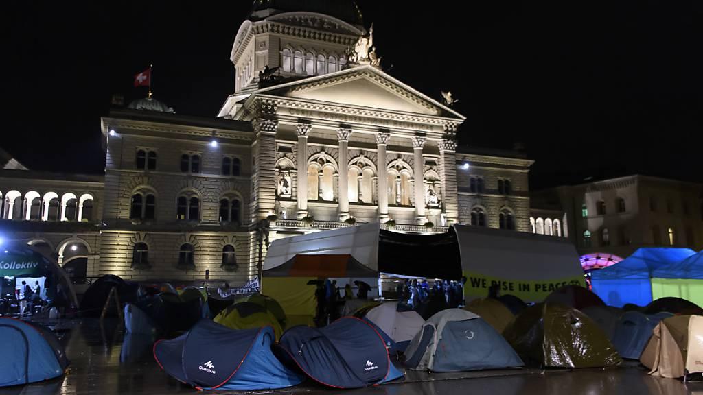 Die Klima-Aktivisten haben ihre Zelte vor dem Bundeshaus aufgestellt. Sie harren dort sei 44 Stunden aus.