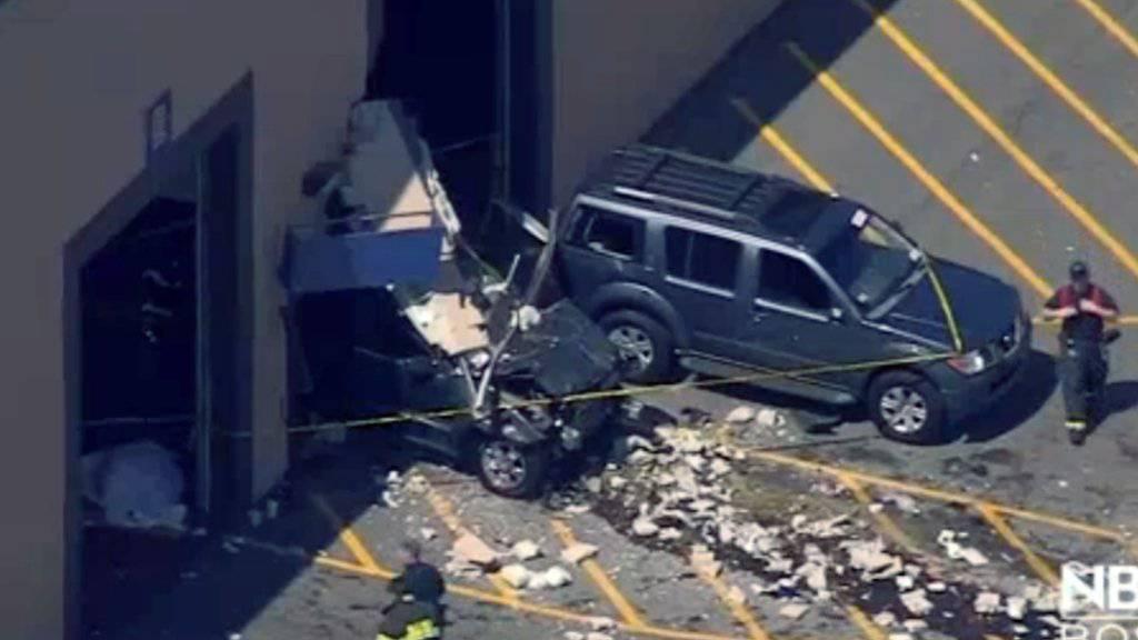 Der ausser Kontrolle geratene Jeep überfuhr mehrere Menschen und kam erst nach dem Zusammenprall mit einer Hausmauer zum Stillstand, wie dieses TV-Bild zeigt.