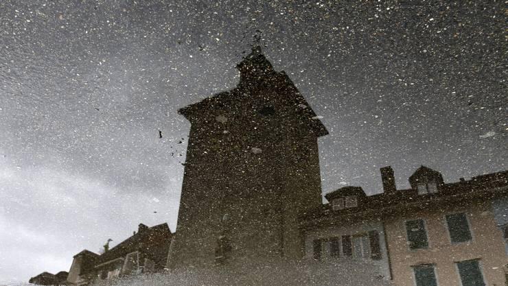 Das Bieltor in Solothurn als düstere Trutzburg im schier endlosen Juliregen.