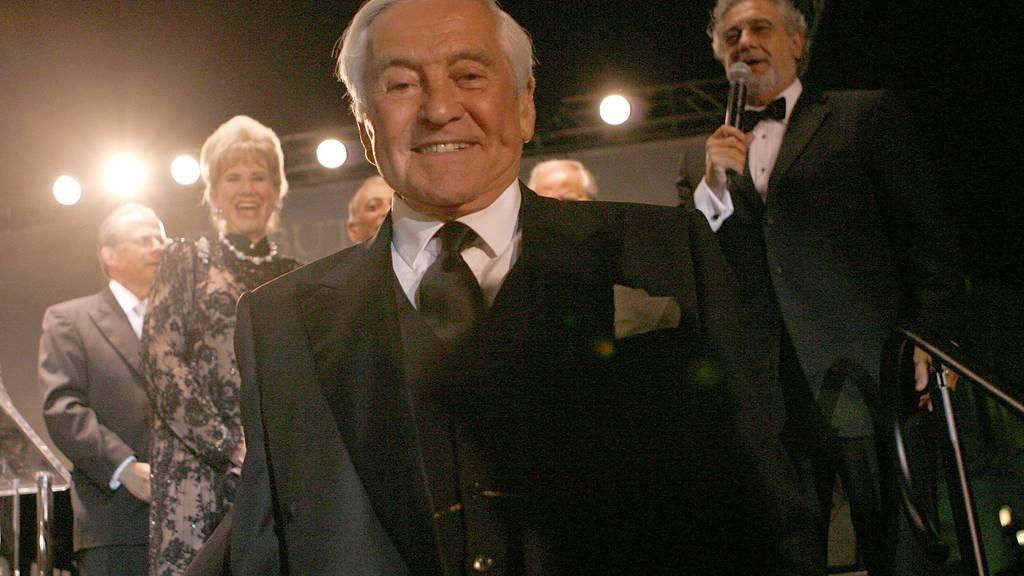 Fred Hayman 2007. Im Hintergrund singt Placido Domingo «Happy Birthday» für den Schweiz-Amerikaner.