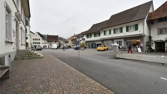 Ja sagten die Erlinsbacher im Gemeindehaus (links) zum Kauf des Gebäudes Dorfplatz 2 (rechts), wo eine Gemeinschafts-Arztpraxis einziehen soll.