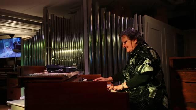 Jackie Rubi spiel ihre Eigenkomposition «Chuchiblues» auf einer Orgel vom Typ Hammond B 3