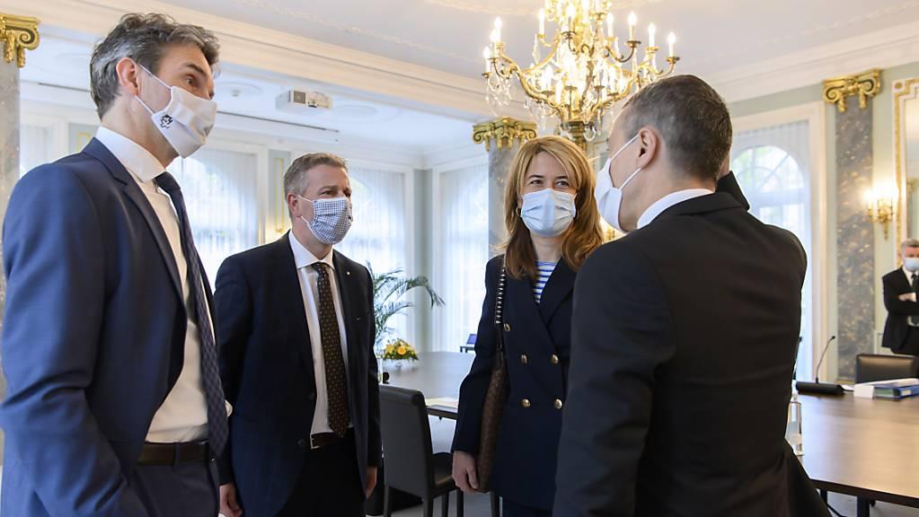 Bundesrat Ignazio Cassis (r) spricht mit FDP-Fraktionspräsident Beat Walti (ZH), SVP-Parteipräsident Marco Chiesa und FDP-Parteipräsidentin Petra Goessi kurz vor Beginn der Von-Wattenwyl-Gespräche.