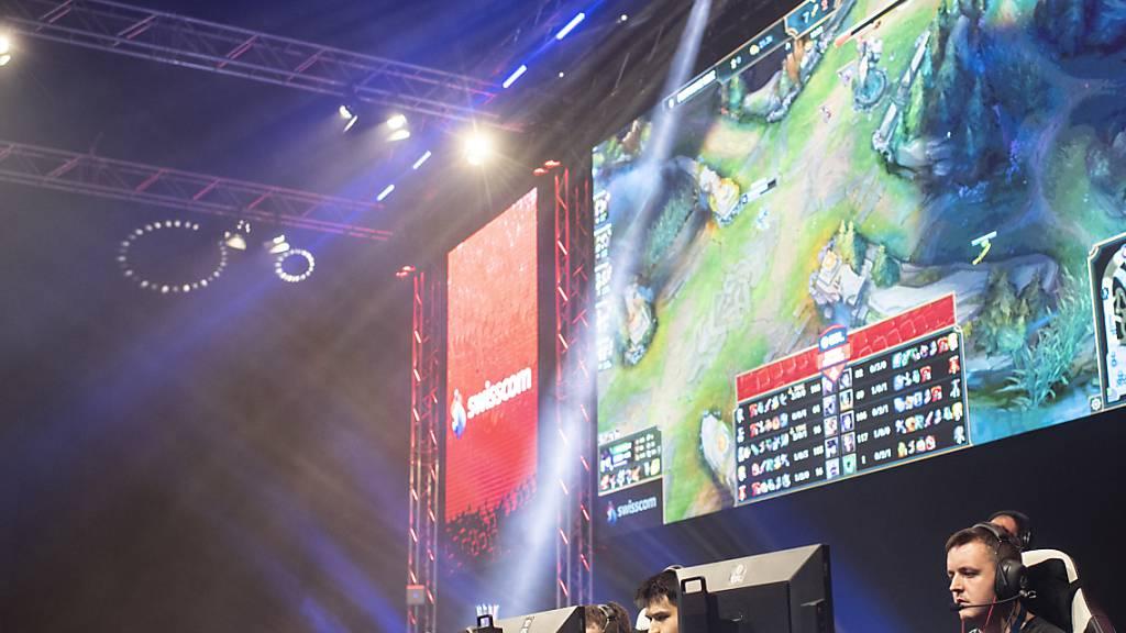 Noch nie wurde weltweit so viel Geld für Videospiele und Konsolen ausgegeben wie aktuell. Im Bild ein Turnier für E-Sportler in der Schweiz. (Symbolbild)
