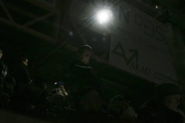 Nach dem Stromausfall ging die Notbeleuchtung im Stadion an.