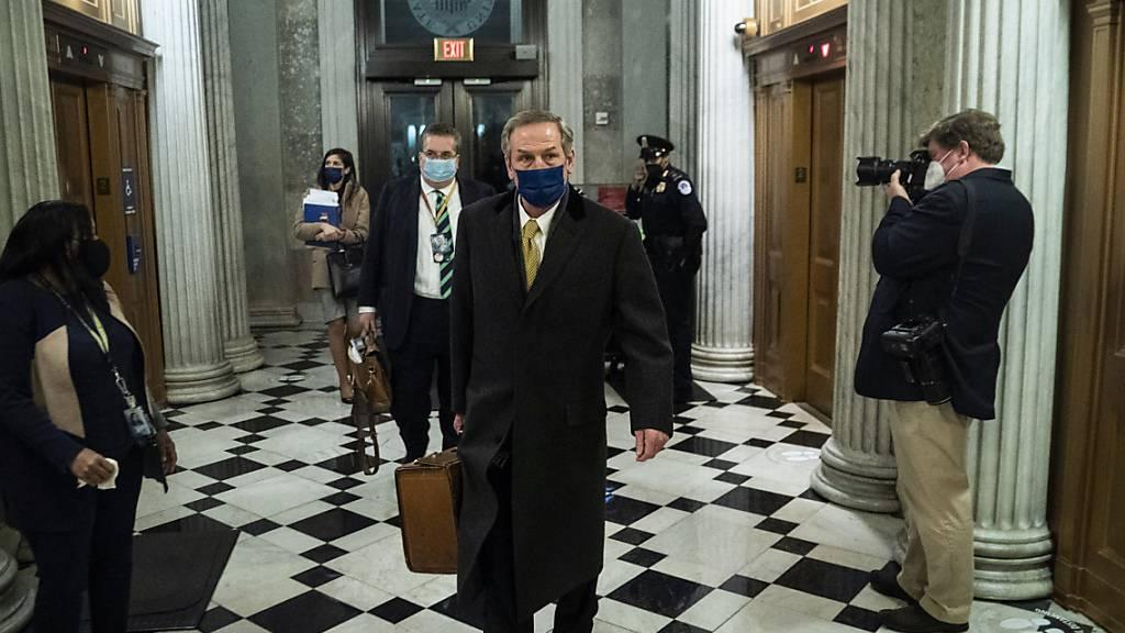 Michael van der Veen, einer von Trumps Anwälten, verlässt am Ende des vierten Tages des Amtsenthebungsverfahrens des Senats gegen den ehemaligen US-Präsidenten Trump das Kapitol. Foto: Jabin Botsford/AP/Pool The Washington Post/dpa