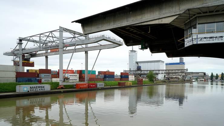 «Für alle Hafenareale (Kleinhüningen, Birsfelden und Muttenz) wurde für das Segment Hafenumschlag, Lagerung und Logistik eine Zielbandbreite für Baurechtszinsen von 20 bis 25 Franken pro Quadratmeter und Jahr festgelegt», so die Regierung.