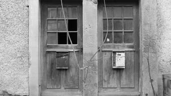Mit den Doppeltüren wurde früher eine Bestimmung umgangen, wonach Juden und Christen nicht beieinander wohnen sollten. Zwei Eingänge ermöglichten ein friedliches Nebeneinander.