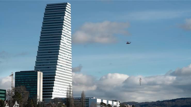 Der Himmel überzieht sich am Rhein - im Bild der Rochen-Turm.