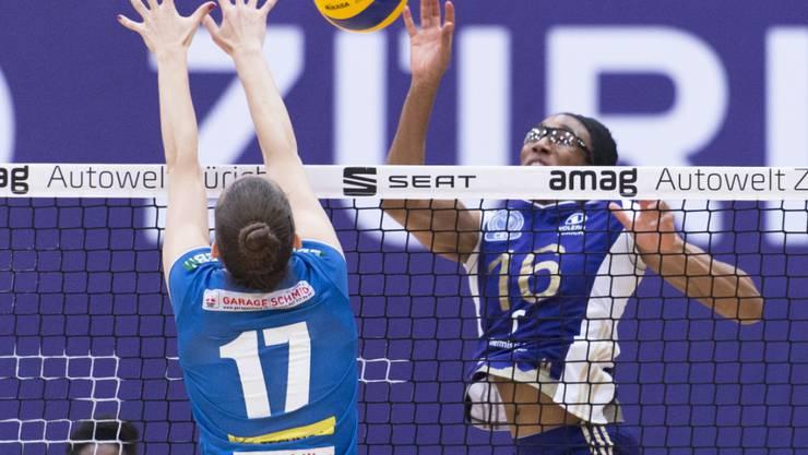 Voleros Foluke Akinradewo (Nummer 16) smasht einen Ball gegen Pfeffingens Monika Smitalova