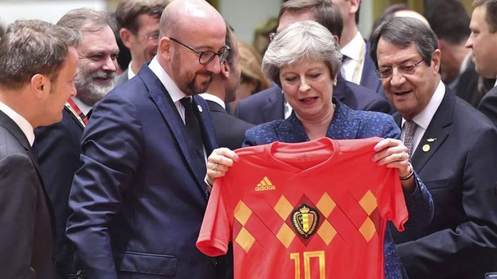Die britische Premierministerin Theresa May erhält vom belgischen Premier Charles Michel ein belgisches WM-Trikot mit der Nummer 10.