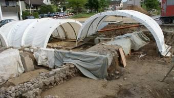Römische Mauerreste Die Kantonsarchäologie Aargau führt derzeit auf dem Dorfplatz Ausgrabungen durch. ach