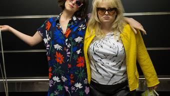 """Dakota Johnson (l) und Rebel Wilson in einer Szene der Komödie """"How to Be Single"""" (Archiv)"""