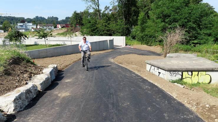 Die Steigungen wurden in Absprache mit dem Projekt Hochwasserschutz von ursprünglich 15 auf 10 Prozent reduziert und sind nun gut zu meistern, wie Derendingens Bauverwalter Roger Spichiger zeigt.