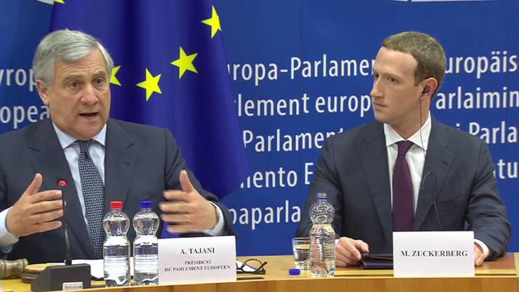 EU-Parlamentspräsident Antonio Tajani und Facebook-Chef Mark Zuckerberg in Brüssel. Zuckerberg hat sich im EU-Parlament für Fehler im Zusammenhang mit dem Datenskandal und Falschnachrichten entschuldigt.