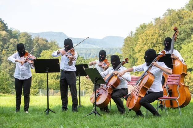Streicher des Argovia Philharmonic spielten 2019 für die Performance «Again and Again» des Künstlers Sislej Xhafaunter maskiert im Wildpark Roggenhausen. Im Herbst kann auf Masken hoffentlich auch ausserhalb künstlerischer Setzungen wieder verzichtet werden.