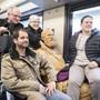 Die Schweiz ist eine Nation von Bahnfahrenden. Passagiere posieren mit einer Statue des Eisenbahnpioniers Alfred Escher. (Archivbild)