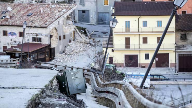 Sicht auf Schäden im Dorf Castelluccio di Norcia. Auch am frühen Donnerstag sind die Bewohner Mittelitaliens von Erdstössen geweckt worden.
