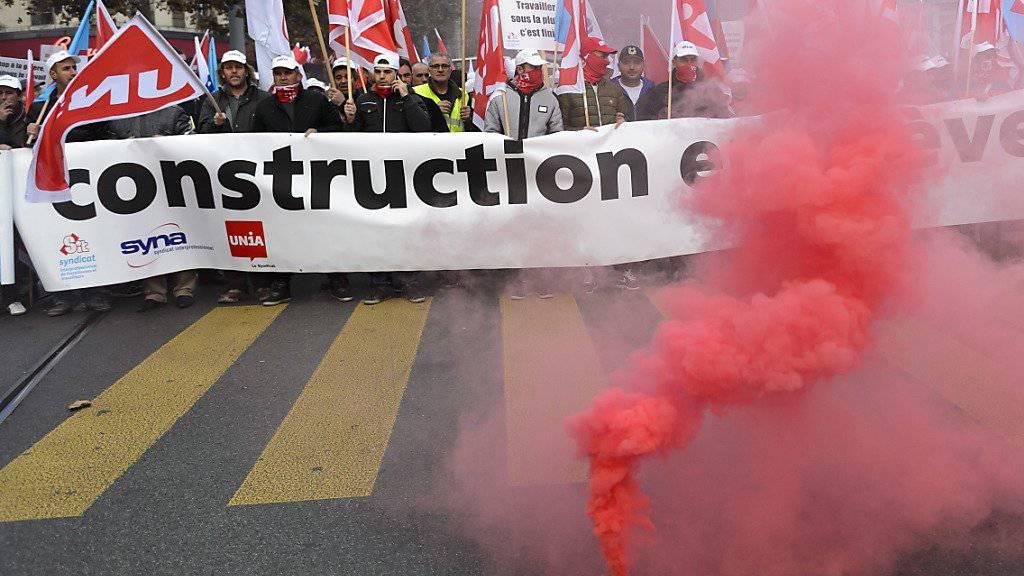Bauarbeiter machen in Genf ihrem Ärger Luft.