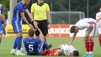 Die Spieler von NK Pajde (blaue Trikots) haderten mehrmals mit den Entscheidungen von Schiedsrichter Lumni Ukaj. Bild: Otto Lüscher