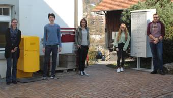 Der Briefkasten und die neue Postfachanlage vor dem Rudolfstetter Gemeindehaus. Mit einigen Mitarbeitern aus dem Postteam der Gemeinde: Tamara Breitschmid, Gian Müller, Seraina Widmer, Vanja Stampbach und Philipp Schneider (von links).