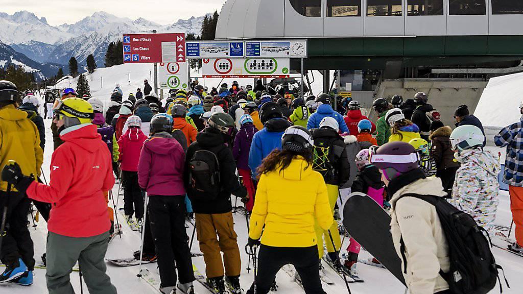 Wieder längere Schlangen am Sessellift: Die Schweizer Skigebiete verzeichneten in der ersten Hälfte der laufenden Wintersaison ein Gästeplus von über 10 Prozent. Im Bild der Sessellift Grand Chamossaire in Villars am 31. Dezember 2017. (Archiv)