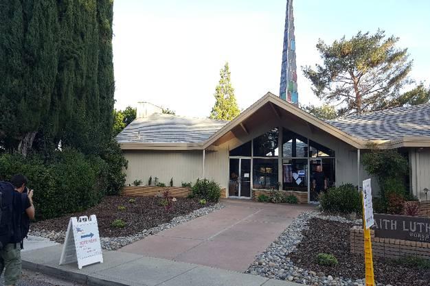 Eine Kirche in Los Gatos als Wahllokal