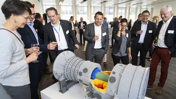 Die grosse Überraschung: Eine Gasturbine aus Legosteinen. Sie ist ein Geschenk zur Schlüsselübergabe von Kirkbi Real Estate an Ansaldo Energie Switzerland. Der Turbinenhersteller bezieht Anfang Mai seinen neuen Sitz an der Badener Haselstrasse.