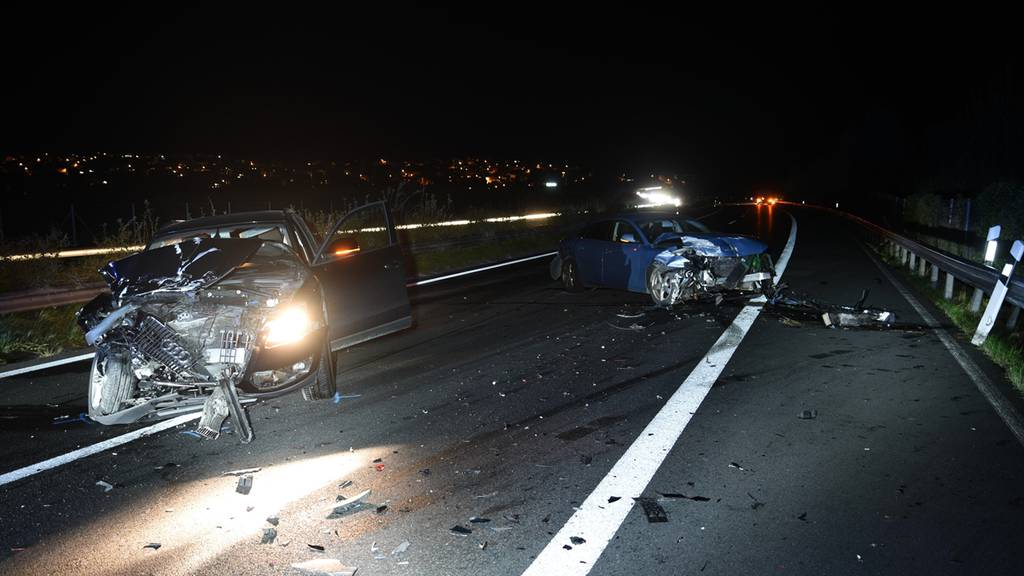 Auto prallt auf der Autobahn in stehendes Unfallfahrzeug
