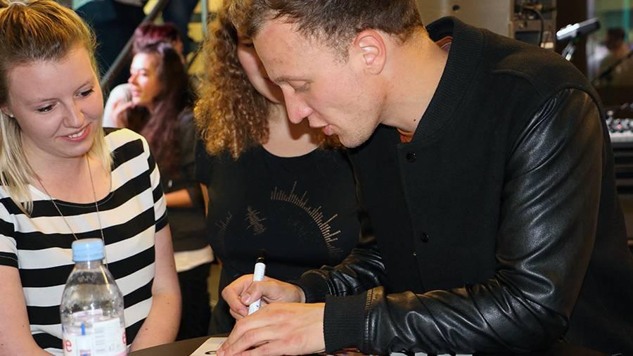 Nahm sich viel Zeit für seine Fans: Joris beim Autogramme verteilen (© Radio Argovia)