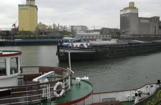 Rheinschifffahrt im Basler Hafenbecken (Archiv)