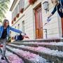 Mit Eiswürfeln und roter Farbe auf der Treppe zum Grossratsgebäude machen die Juso auf den Klimawandel aufmerksam. Bilder: Colin Frei