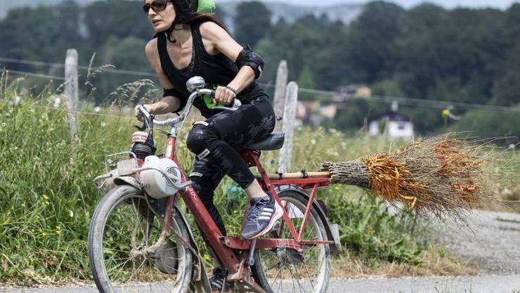 Das Velosolex - ein Klassiker unter den Mofas. Seit 1980 hat aber nicht nur dieses Kleinstfahrzeug einen starken Rückgang erlebt. Dank E-Bikes, von denen die schnellen zu den Mofas zählen, sind Töfflis jetzt aber wieder ein bisschen im Vormarsch. (Archivbild)