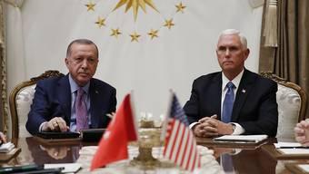 Das Treffen zwischen US-Vizepräsident Pence und dem türkischen Präsidenten Erdogan fand am Donnerstag in Ankara in einer sehr gespannten Atmosphäre statt. Erdogan hatte am Vortag keinen Hehl daraus gemacht, dass er an Vermittlung im Konflikt sowie einer Waffenruhe in Nordsyrien kein Interesse habe.