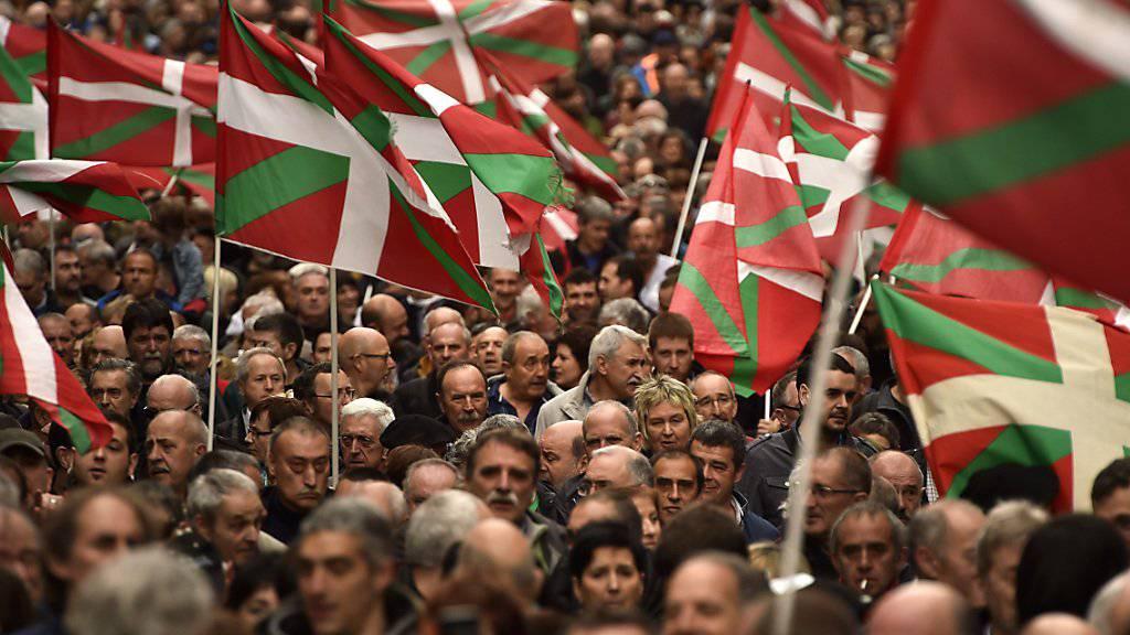 Demonstranten mit Basken-Flaggen in Spanien. Die Demonstranten forderten die Freilassung von ETA-Aktivisten. (Archiv)
