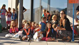Die Kindergärtler warten vor dem Schulhaus-Anbau auf den grossen Augenblick: Sie durften den Neubau als Erste betreten.