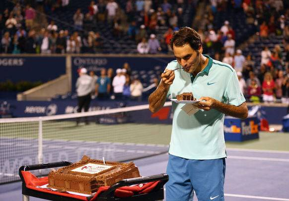 Natürlich Schoggi: Federer probiert 2014 in Toronto seinen Geburtstagskuchen.