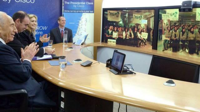 Schimon Peres und die Schüler beim Unterricht (Archiv)