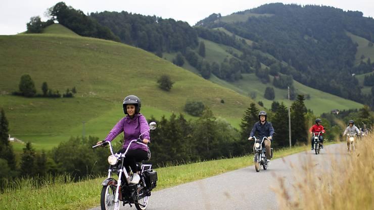 Töfflifahrer dürfen künftig wählen, ob sie einen Velo- oder Motorradhelm tragen. Der Bundesrat hat die Regeln für Mofas angepasst. (Archivbild)