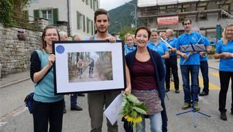 Joel Reinmann, flankiert von Ehrendame Stefanie Siefritz (links) und Moderatorin Irene Lamberti, holte sich den 1. Preis.
