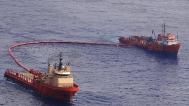 Schiffe versuchen den Öl-Teppich vor der Küste Brasiliens unter Kontrolle zu bringen (Archiv)