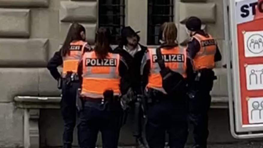 Nicolas Rimoldi wird von Polizeibeamten am «rüüdige Samschtig» der Altstadt verwiesen.
