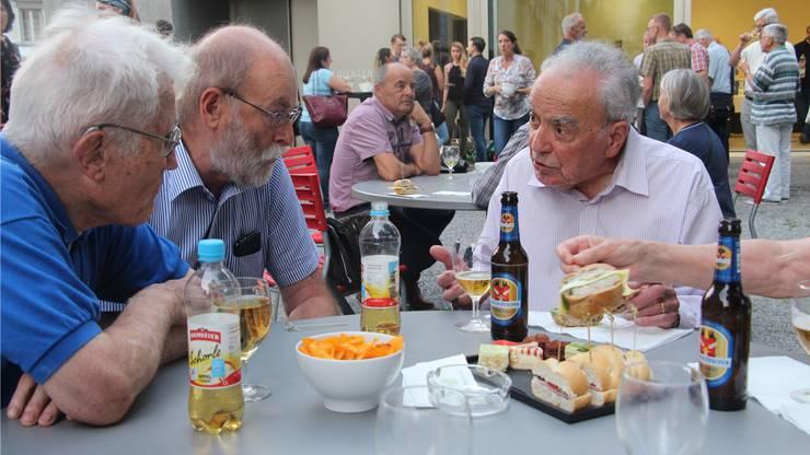 Nach dem Vortrag nimmt der Nobelpreisträger (r.) ein Bier.