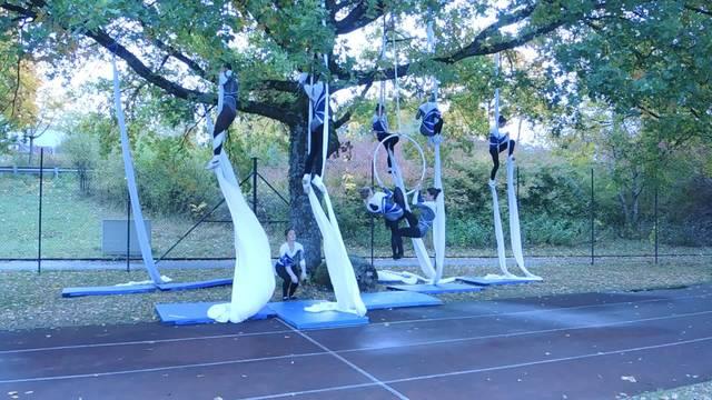 Schulsportgruppe Vertikaltuch zeigt am Spatenstich was sie kann