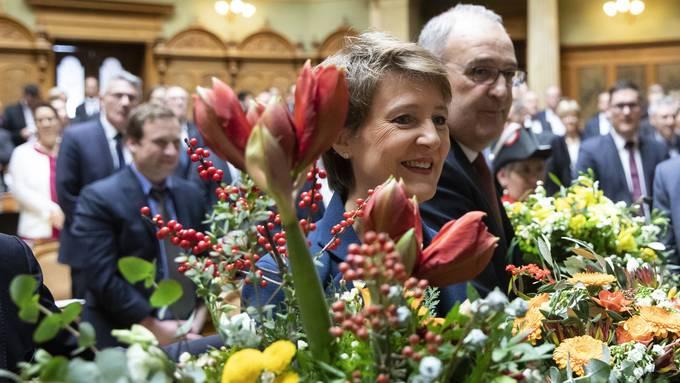 Blumen für Simonetta Sommaruga: Die Bundesversammlung hat die Bernerin (SP) zur Bundespräsidentin gewählt. Rechts neben ihr steht Guy Parmelin (SVP), der neue Vizepräsident.