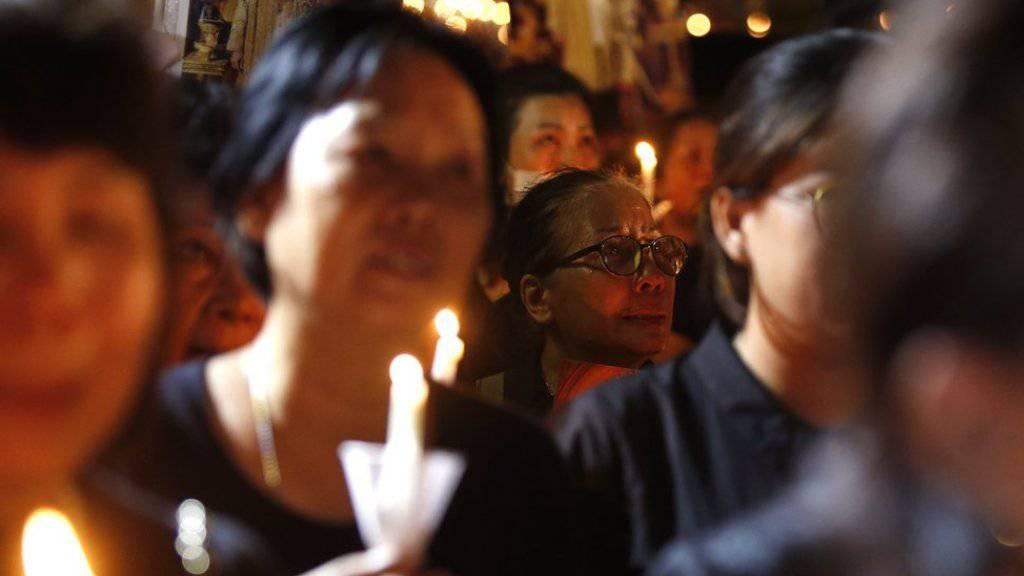 Kerzenwache für den verstorbenen König Bhumibol vor dem Siriraj-Spital in Bangkok. Die Trauernden tragen seit dem Todestag vor gut einem Monat schwarz.